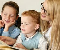 Maminka čte písma dětem